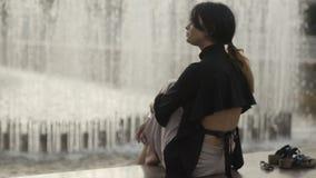 Charmante blootvoetse vrouw stock video