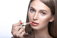 Charmante jonge babe met lippenstift en lichte make-up Het Gezicht van de schoonheid Royalty-vrije Stock Foto's