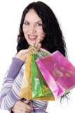 Charmante jonge donkerbruine holding kleurrijke het winkelen zakken royalty-vrije stock fotografie