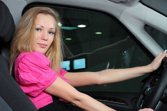 Charmante jonge vrouwenzitting in een auto Royalty-vrije Stock Foto's