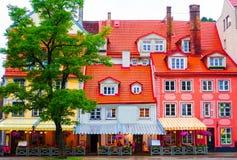 Charmante kleurrijke koffie en restaurantgebouwen stock afbeeldingen
