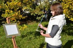 Charmante kunstenaar in een park Royalty-vrije Stock Afbeelding