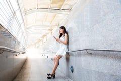 Charmante mooie Aziatische vrouw Het aantrekkelijke mooie meisje is lis stock foto