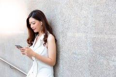 Charmante mooie Aziatische vrouw Het aantrekkelijke mooie meisje is lis royalty-vrije stock afbeeldingen