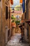 Charmante oude steeg in Opatija-dorp, Kroatië Stock Foto