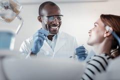 Charmante patiënt die aan haar bekwame arts luisteren stock fotografie