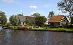Charmante plattelandshuisjes dichtbij kanaal royalty-vrije stock afbeeldingen