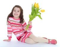 Charmante schoolmeisjezitting op de vloer royalty-vrije stock afbeeldingen