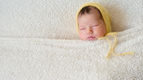 Charmante slaapbaby omvat door deken stock video