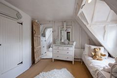 Charmante slaapkamer in de 16de Eeuwplattelandshuisje Stock Fotografie