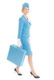 Charmante Stewardess Eenvormig Dressed In Blue en Koffer op Wit Stock Fotografie