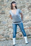 Charmante tiener in het toevallige stellen tegen een rotsmuur Stock Afbeelding