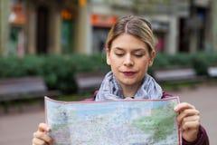 Charmante toerist met kaart royalty-vrije stock foto