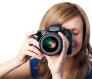 Charmante vrouw die een camera met behulp van Royalty-vrije Stock Afbeelding