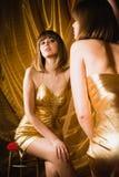 Charmante vrouw in korte gouden kleding Royalty-vrije Stock Foto's
