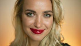 Charmante vrouw met heldere make-up stock videobeelden