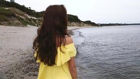 Charmante vrouw op het strand stock footage
