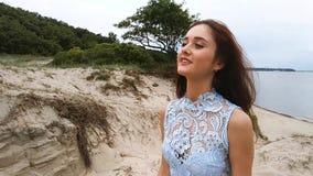 Charmante vrouw op het strand stock videobeelden