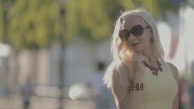 Charmante vrouw in zonnebril die in Parijs stellen stock footage