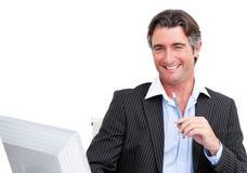 Charmante zakenman die bij een computer werkt royalty-vrije stock fotografie