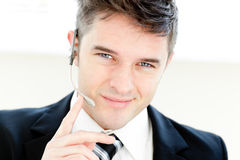 Charmante zakenman met hoofdtelefoons het glimlachen stock foto's