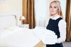 Charmbermaid femelle de travailleur de ménage d'hôtel avec de la toile photographie stock