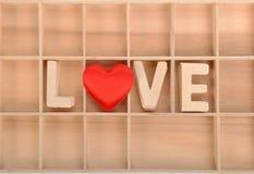 Charme d'amour avec l'alphabet en bois Images stock