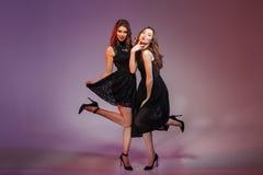 Charme de deux femmes dans la robe de noir de nuit Photo stock