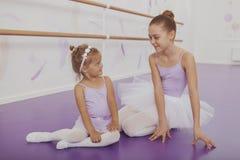 Charme de deux jeunes ballerines pratiquant à la classe de ballet images stock