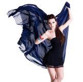 Charme de femme avec la mousseline de soie images libres de droits
