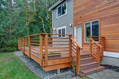 Charme de l'extérieur à la maison nouvellement rénové avec la voie de garage mélangée photo stock