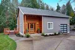 Charme de l'extérieur à la maison nouvellement rénové avec la voie de garage mélangée image stock