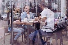 Charme de trois amis s'asseyant au café Photos libres de droits