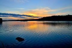 Charme des karelischen Sonnenuntergangs See Engozero, Russland stockfotos