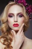 charme Femme Soigne à la mode touchant son visage image libre de droits