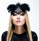 Charme. Herrliche blondes Haar-Frau mit Zöpfen und schwarzer Maske. Verfeinerung Stockfotos