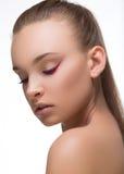 Charme pourpre ou maquillage magenta de flèche étroit avec les clous rouges de mode sur le visage femme parfaite de peau Macro ti Photographie stock