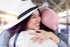 Charmeren van mooie vrouw voelt zeer gelukkig wanneer zij haar vriend of neef ontmoet stock foto's