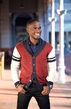 Charmerend de Afrikaanse Amerikaanse mens die in openlucht glimlachen Stock Fotografie