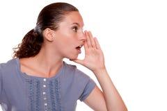 Charmerend jonge vrouw fluister een geheim Stock Fotografie