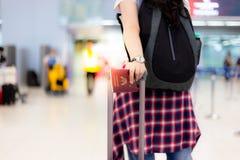 Charmerend mooie reizigersvrouw sleep haar bagage aan een poort bij stock foto's