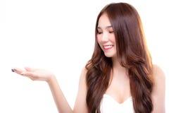 Charmerend mooie vrouw bekijk exemplaarruimte Aantrekkelijke beautifu stock fotografie