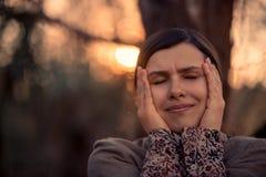 Charmerend natuurlijke vrouw met haar gesloten ogen stock afbeeldingen
