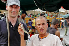 Charmeur de serpent au l'EL-Fnaa la Médina de Jemaa de Marrakech, Maroc Images stock