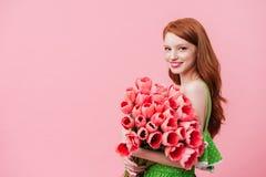 Charmful-Frau, die rosa Tulpen hält Lizenzfreies Stockfoto