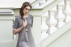 Charmig elegant modekvinnlig Royaltyfri Bild