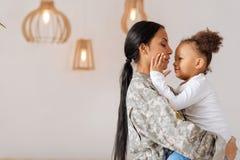 Charmig förälder och hennes barn som delar ett lyckligt ögonblick Fotografering för Bildbyråer
