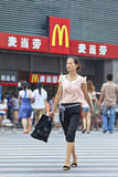 Charmig flicka framme av ett MacDonald uttag, Xiang Yang, Kina royaltyfri bild
