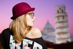 Charmig flicka i hipsterexponeringsglas på det Pisa tornet Royaltyfria Foton