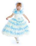 Charmig flicka i vit- och blåttklänning Arkivbild